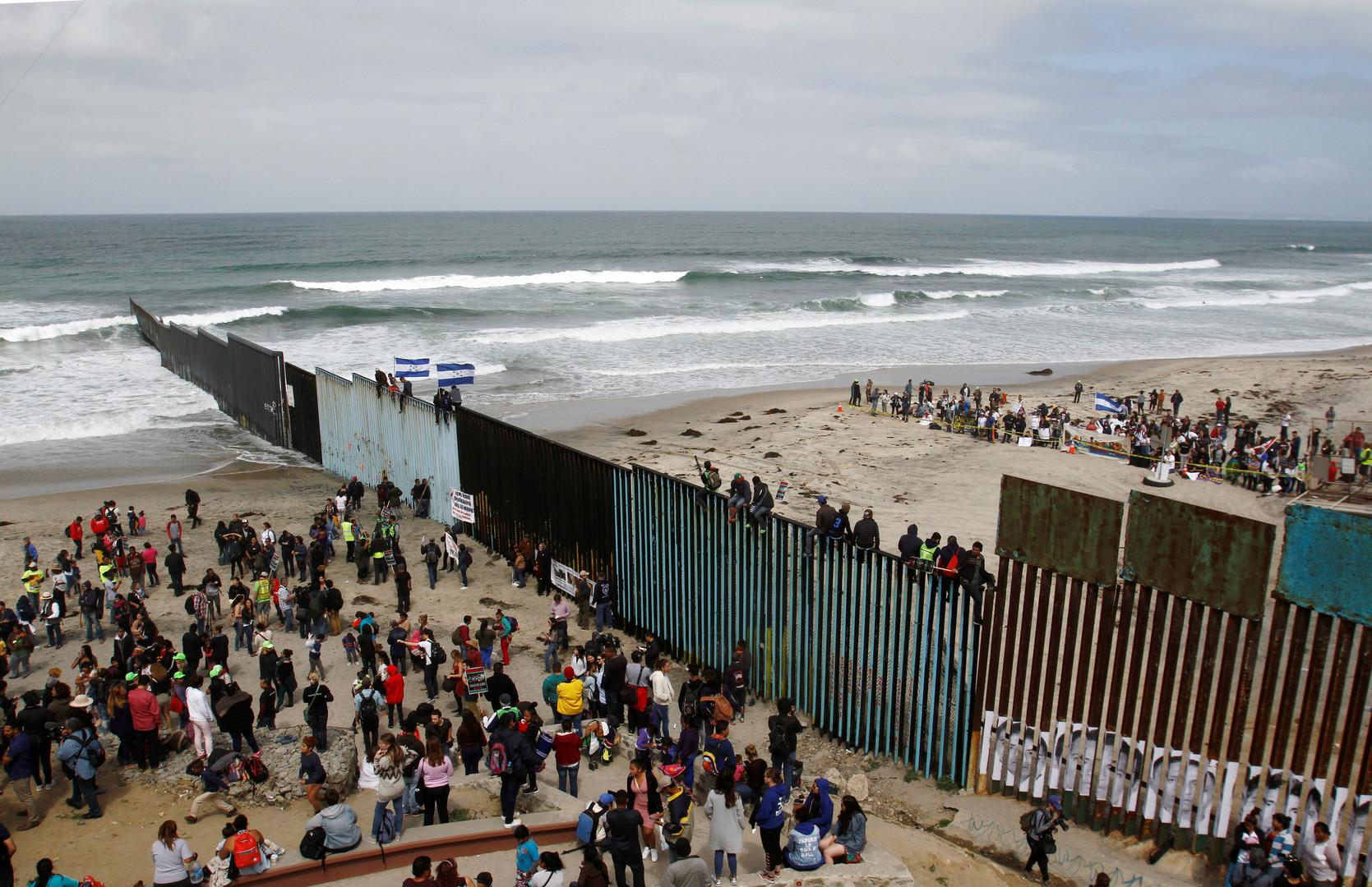 Migranten versammeln sich am Grenzzaun, Tijuana, Mexiko, 29. April 2018.