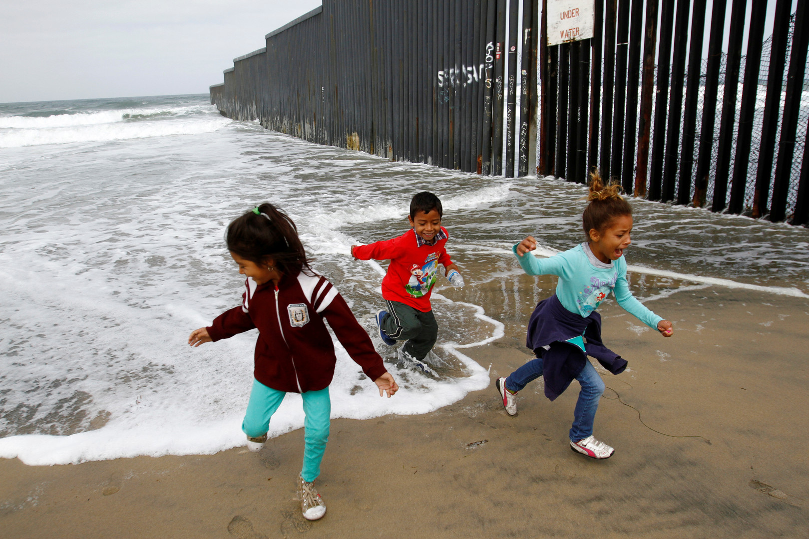 Kinder spielen auf der US-Seite der Grenze, Tijuana, Mexiko, 29. April 2018.