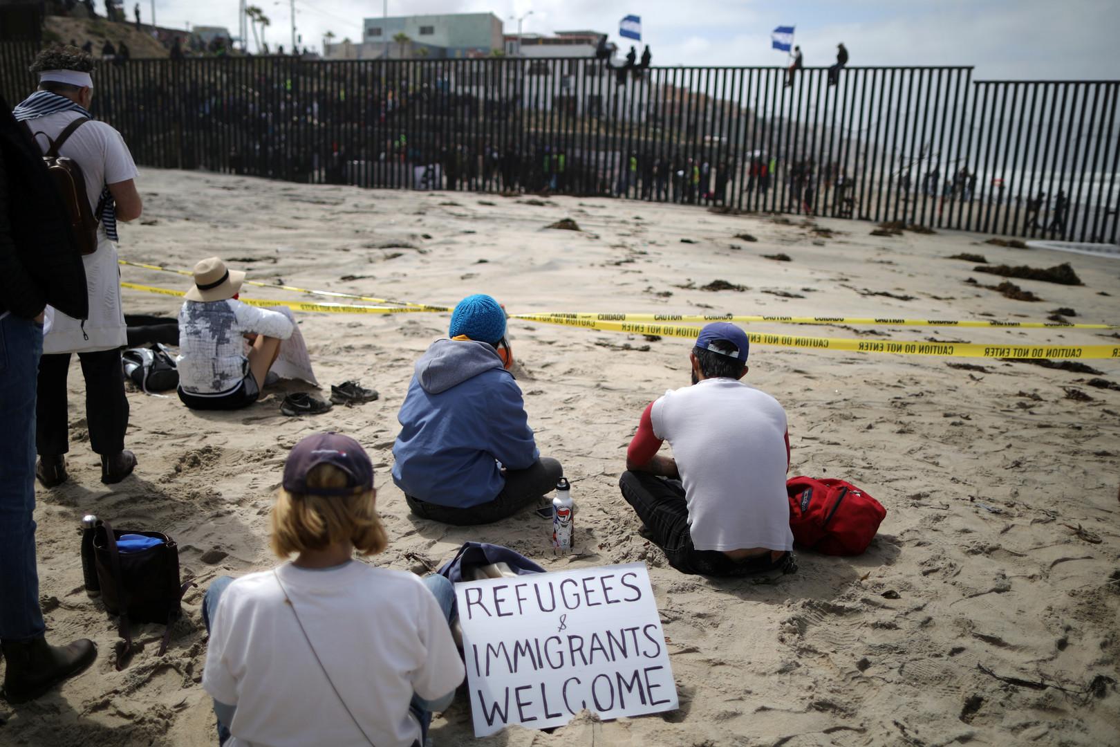 Unterstützer der Flüchtlinge sitzen auf der amerikanischen Seite der Grenze, San Diego, USA, 29. April 2018.