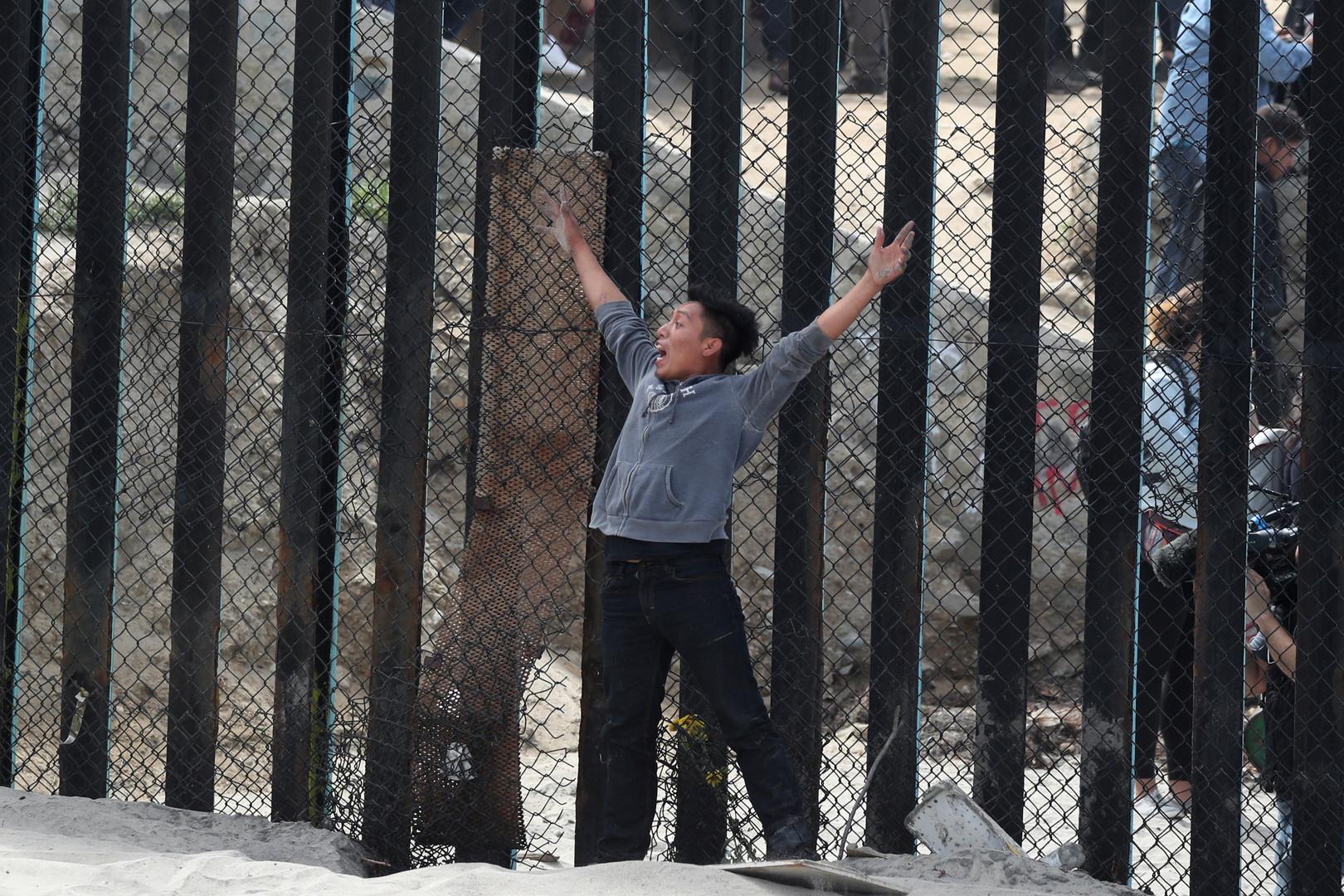 Ein Junge der Migranten-Karawane hat es in die USA geschafft, San Diego, USA, 29. April 2018.