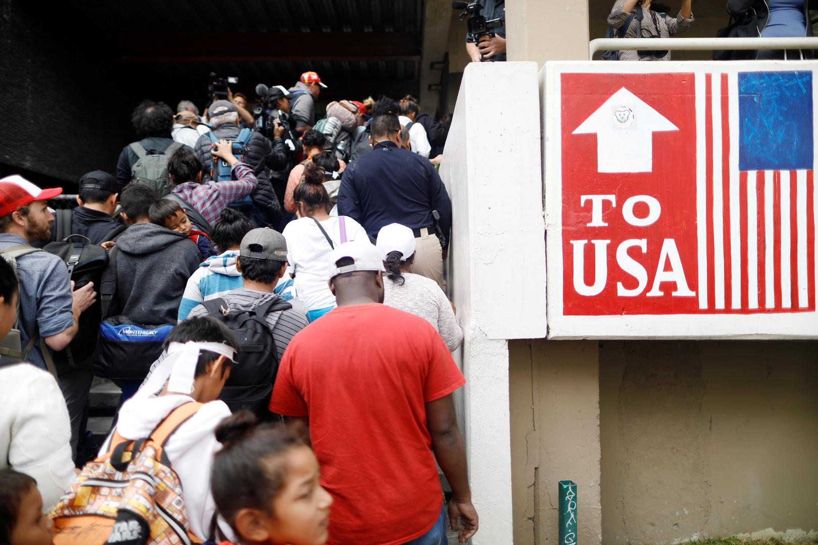 Migranten auf dem Weg zur US-Grenze erreichen die Zollabfertigung. Sie wollen Asyl in den USA beantragen, Tijuana, Mexiko, 29. April 2018.
