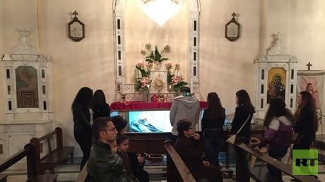 In der Nacht zu Karfreitag versammeln sich Gläubige in der Kirche der Heiligen Theresa in der Altstadt von Damaskus.