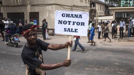 Ein Demonstrant richtet sich gegen die geplante Militärkooperation zwischen den USA und Ghana