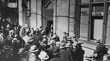 Archivfoto von Menschen, die während der Großen Depression außerhalb einer Bank umherschwirren, 1933.