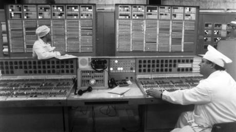 Die Tafel für technologische Kontrolle im radiotechnischen Werk des sibirischen Chemischen Kombinats in Tomsk im April 1993. Westliche Staaten strebten in den 1990er-Jahren die Kontrolle über russische Nuklearanlagen an.