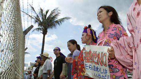 Japanische Frauen demonstrieren gegen die Präsenz des US-Militärs auf Okinawa, Japan, 20. Juli 2000.