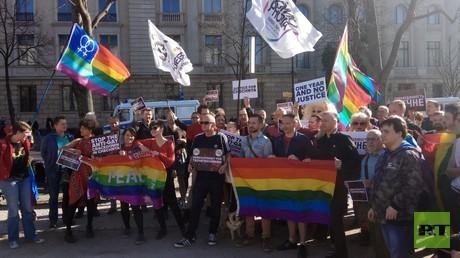 Rund 50 Menschen demonstrierten am Samstag vor der Russischen Botschaft in Berlin gegen Schwulenverfolgung in Tschetschenien.