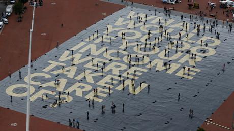 Nicht nur in Deutschland ist das Bedingungslose Grundeinkommen ein Thema. Das Bild zeigt eine Aktion in Genf, Schweiz. Das riesige Plakat auf dem Boden fragt: