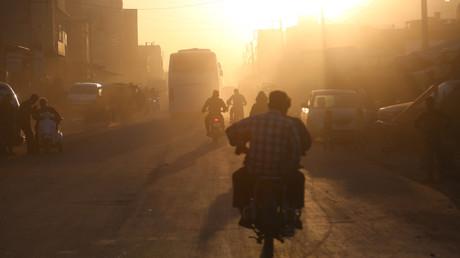 Die letzten Islamisten werden aus der syrischen Stadt Duma transportiert. Angeblich wurden sie am Wochenende kurz vor der Abfahrt mit Giftgas attackiert.