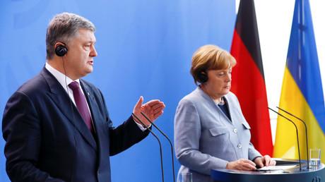 Poroshenko und Merkel während der Pressekonferenz.