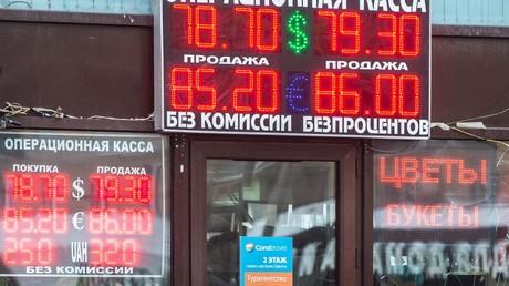 Im Januar 2016 betrug der Wechelkurs zum Euro noch 86 Rubel. Seit dem Wochenende kletterte er von 71 auf 76. Kommt jetzt die Krise zurück? Auf dem Bild: Eine Wechselstube in Moskau im Januar 2016.