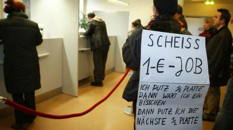 Plakat gegen Billigjobs in Hamburg, Deutschland, 3. Januar 2005.