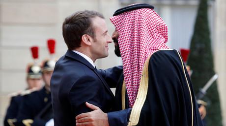 Der französische Präsident Emmanuel Macron begrüßt den saudi-arabischen Kronprinzen Mohammed bin Salman.