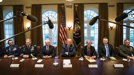 Bereiten Angriffskrieg auf Syrien vor: US-Präsident Donald Trump und hochrangige Militärs.