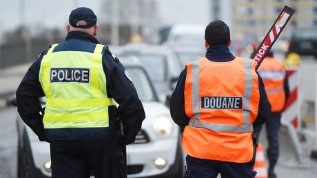 Französische Polizei und Zoll bei einer Grenzkontrolle. (Symbolbild)