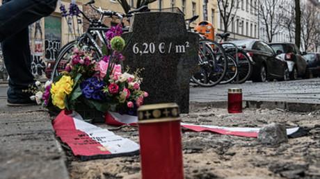 Mit einem Grab wird in Kreuzberg des Mietpreises von  6,20 Euro pro Quadratmeter gedacht.