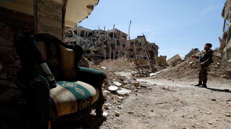Ein syrischer Soldat steht in der Nähe eines zerstörten Gebäudes in Jobar, in Ost-Ghuta, in Syrien.
