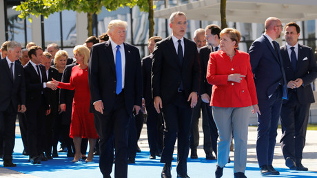 Die Opposition warnt vor gefährlicher Bündnistreue. Im Bild: Präsident Donald Trump, NATO-Generalsekretär Jens Stoltenberg und Bundeskanzlerin Angela Merkel auf dem Nato-Gipfel im Mai 2017.