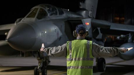 Ein Kampfjet der britischen Luftwaffe landet nach seinem Einsatz gegen Syrien auf einer Basis in Zypern.