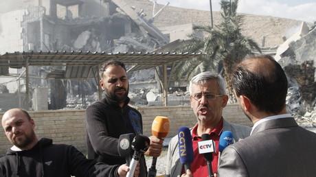 Arbeitsplatz in Trümmern: Der Ingenieur Said Said gibt Reportern ein Interview vor der angegriffenen Forschungsanlage in Barseh.