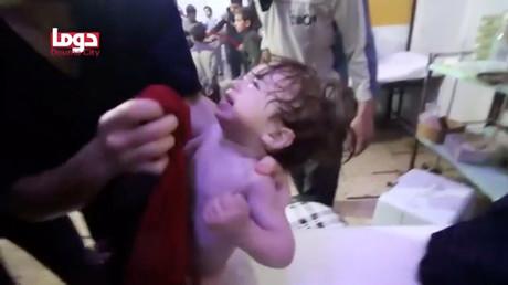 Diese Bilder gingen durch alle westlichen Medien: Einem Kind wird nach einem angeblichen Angriff mit chemischen Waffen das Gesicht abgewaschen. (Bildausschnitt aus einem Video der Weißhelme, die in Duma mit dem extremistisch-islamistischen Bündnis Haiat Tahrir asch-Scham kooperierten, 8. April)