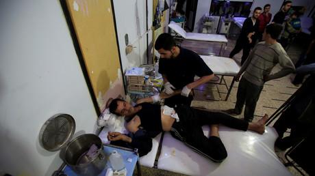 Duma, 16. April: Ein verwundeter Mann liegt auf einem Bett der örtlichen Klinik.