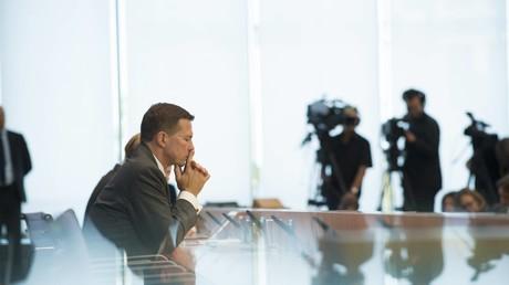 Verunsicherung auf beiden Seiten der Bundespressekonferenz: Regierungssprecher Steffen Seibert wird neuerdings mit kritischen Fragen konfrontiert - die