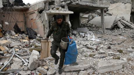 Symbolbild, Syrer in den Trümmern von Duma, Ost-Ghuta, Syrien, 19. April 2018