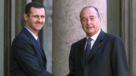 Ex-Präsident Frankreichs Jacques Chirac begrüßt seinen syrischen Amtskollegen Baschar al-Assad vor einem Treffen im Élysée-Palast in Paris am 25. Juni 2001