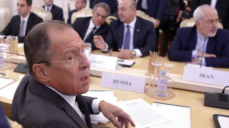 Die Außenminister Russlands, der Türkei und des Irans bei einem Treffen in Moskau: Sergei Lawrow, Mevlut Cavusoglu und Mohammad Javad Zarif,