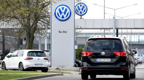 Das Volkswagen-Logo vor dem Werk in Wolfsburg