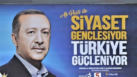 Ein Wahlplakat des türkischen Präsidenten Recep Tayyip Erdoğan und seiner regierenden Partei für Gerechtigkeit und Entwicklung (AKP) in Ankara
