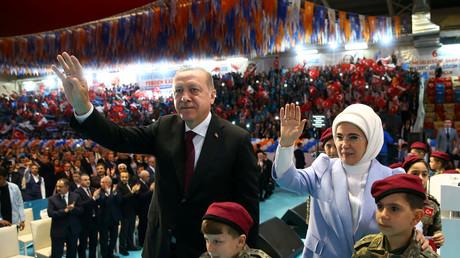 Tayyip Erdogan mit seiner Frau Emine Erdogan in Siirt, Türkei, 8. April 2018.