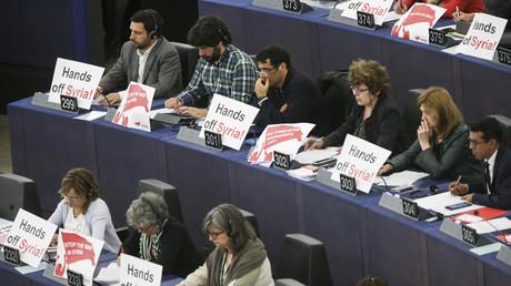 Es gibt auch nachdenkliche EU-Abgeordnete - wie diese, die gegen die US-geführten Bombardements gegen Syrien protestieren.