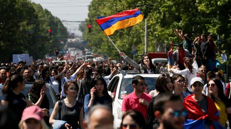 Anhänger der Opposition feiern in Jerewan den Rücktritt des Ministerpräsidenten.