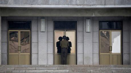 Ein nordkoreanischer Soldat öffnet eine Tür, während einer Zeremonie zum Jubiläum des Waffenstillstands im Friedensdorf Panmunjom, Südkorea, 27. Juli 2016.