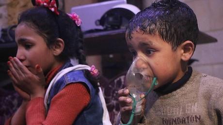 Ein Junge in Duma atmet durch ein Sauerstoffgerät. Das Bild wurde am 9. April von den Weißhelmen veröffentlicht. Belegt es einen Giftgasangriff oder handelt es sich um eine propagandistische Inszenierung?