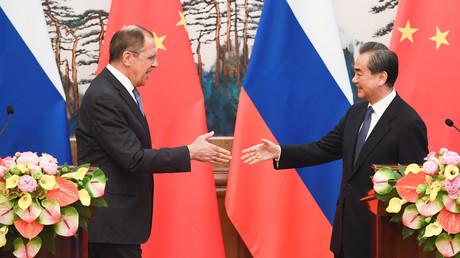 Der russische Außenminister Sergej Lawrow mit seinem chinesischen Amtskollegen Wang Yi, Peking, China, 23. April 2018.