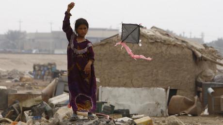 Ein Mädchen lässt im Bagdader Stadtbezirk ar-Raschid einen Drachen steigen, Irak, 8. Dezember 2008.
