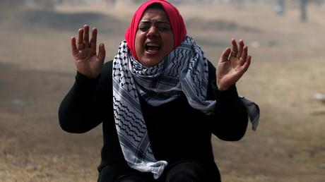 Eine palästinensische Demonstratin reagiert auf den Beschuss mit Tränengas durch die israelische Armee