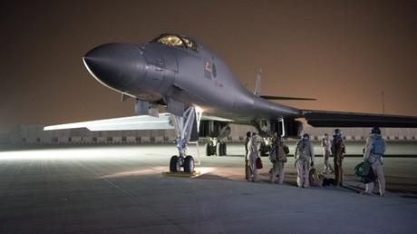 Ein Bomber der US-Luftwaffe auf dem katarischen Luftwaffenstützpunkt Al Udeid vor seinem Einsatz in Syrien.