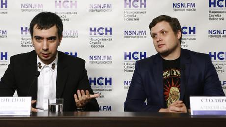 Ihre Telefonstreiche füllen bereits ein ganzes Buch: Wladimir Kuznetsow und Alexej Stoljarow in Moskau während der Präsentation ihres Werkes