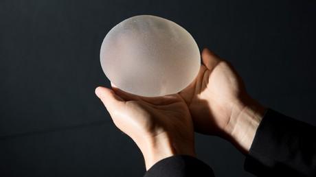Britin entfernt sich Brustimplantate selbst und spart dadurch 3.000 Pfund (Symbolbild)