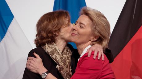 Deutsch-französische Geschlossenheit auf der ILA: Verteidigungsministerin Ursula von der Leyen und ihre französische Amtskollegin Florence Parly nach der Unterzeichnung mehrerer Abkommen.