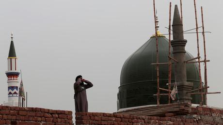 Symbolbild: Ein Muezzin ruft im pakistanischen Islamabad zum Gebet, 27. Februar 2017.