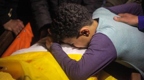 Verwandte des am 20. April durch einen Kopfschuss getöteten 14-jährigen Palästinensers trauern.