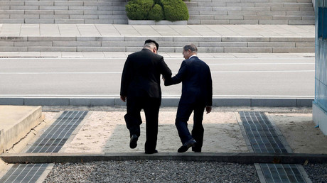 Nordkoreas Staatschef Kim Jong-un und der südkoreanische Präsident Moon Jae-in während ihres historischen Treffens am Freitag.
