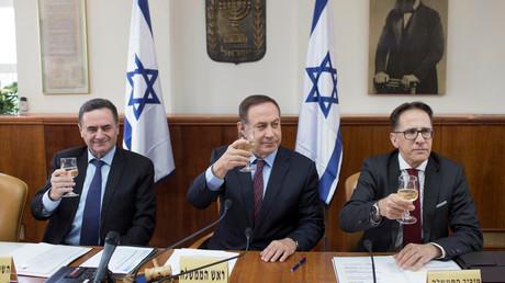 Der israelische Premierminister Benjamin Netanjahu (m.), Geheimdienst- und Verkehrsminister Israel Katz (l.) sowie Kabinettsminister Tzachi Braverman (r.) stoßen anlässlich des damals bevorstehenden jüdischen Passahfestes auf der wöchentlichen Kabinettssitzung in Jerusalem am 9. April 2017 an.