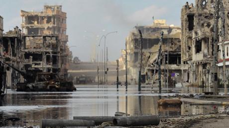Blick auf einen Straßenzug im libyschen Sirte nach einer gewaltsamen Auseinandersetzung zwischen Truppen der Übergangsregierung und Gaddafi-treuen Kämpfern am 18. Oktober 2011