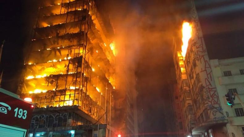 Hochhaus in São Paulo fängt Feuer und stürzt ein